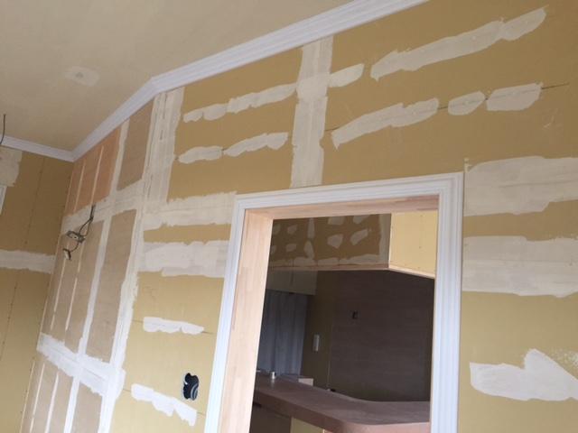 壁紙と塗装の下地工事の写真